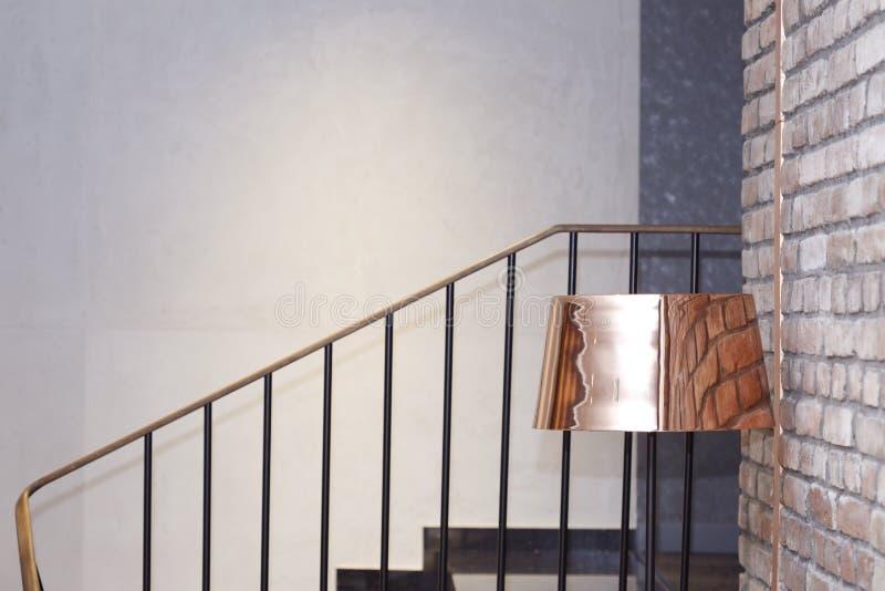 Mosiężna podłogowa lampa obok ściana z cegieł blisko schodków fotografia stock