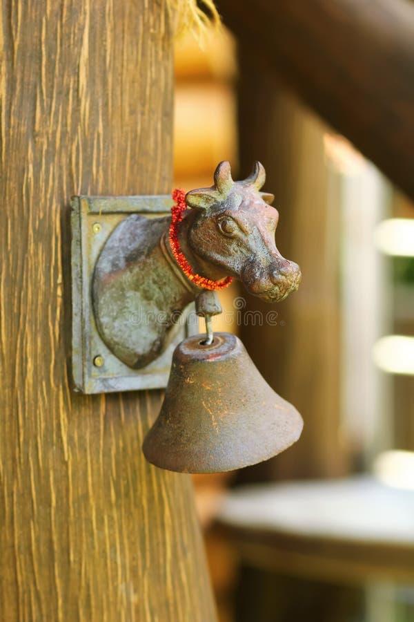 Mosiężnej rocznik krowy głowy drzwiowy dzwon zdjęcie stock