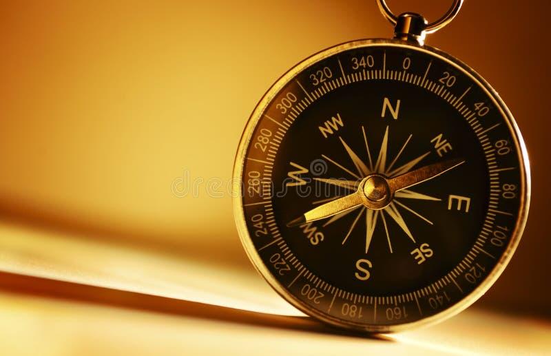 Mosiężny magnesowy kompas fotografia royalty free