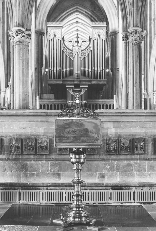 Mosiężny pulpit z zamazanym organem w studni katedrze BW obraz royalty free