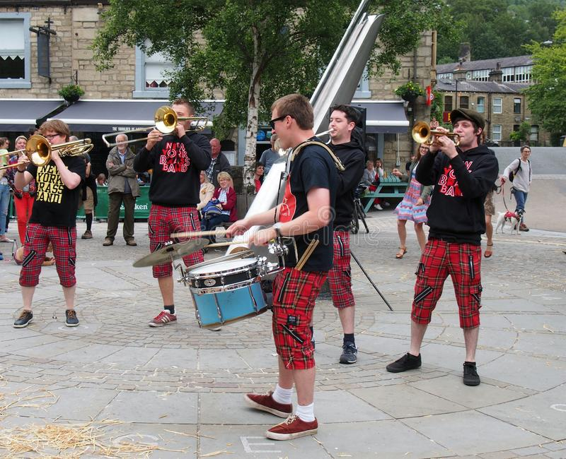 mosiężny zespół z Nowego Jorku grający na placu miejskim na festiwalu sztuk publicznych w hebden bridge obrazy royalty free