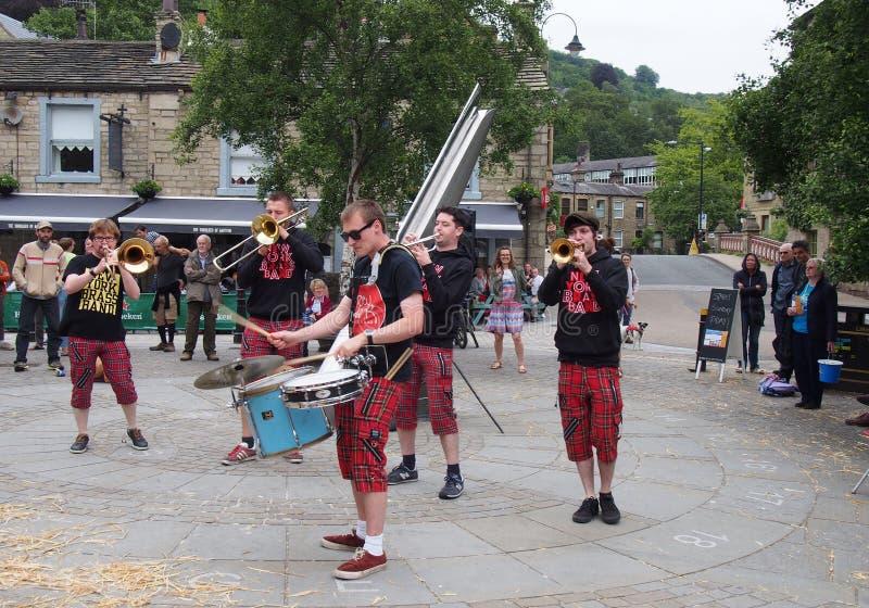 mosiężny zespół z Nowego Jorku grający na placu miejskim na festiwalu sztuk publicznych w hebden bridge zdjęcia royalty free