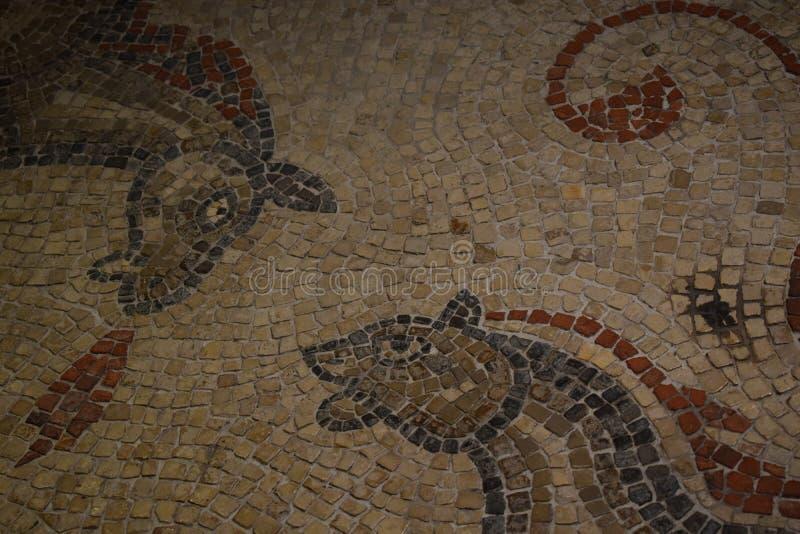 Mosiac romano antiguo de dos caballos en el baño, Reino Unido fotografía de archivo