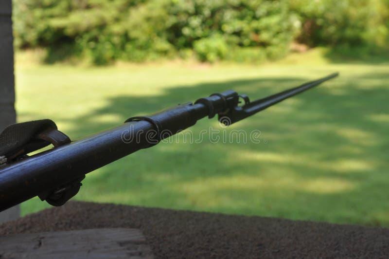 Mosin Nagant gevär med en bajonett som pekar till rätten arkivbild