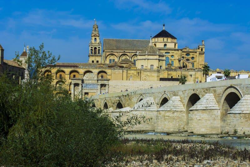 Moské av Cordoba och den romerska bron royaltyfria foton