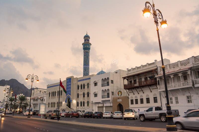 Moské för tham för Masjid al-Rasoolal-En 'på sjösidan av Cornichen av Mutrah i Muscat Oman på solnedgången royaltyfri foto