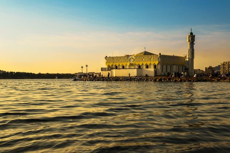Moské i den jeddah stranden på solnedgången fotografering för bildbyråer