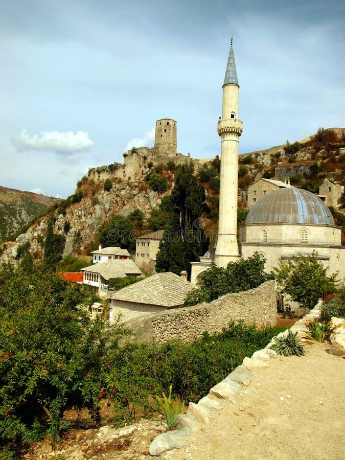 Moské och den gammala townen Pocitelj royaltyfri fotografi