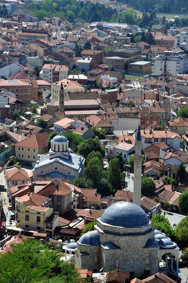 Moské och kyrka i Kosovo nästan arkivfoton