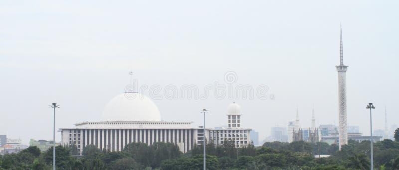 Moské och minaret i Jakarta royaltyfri bild