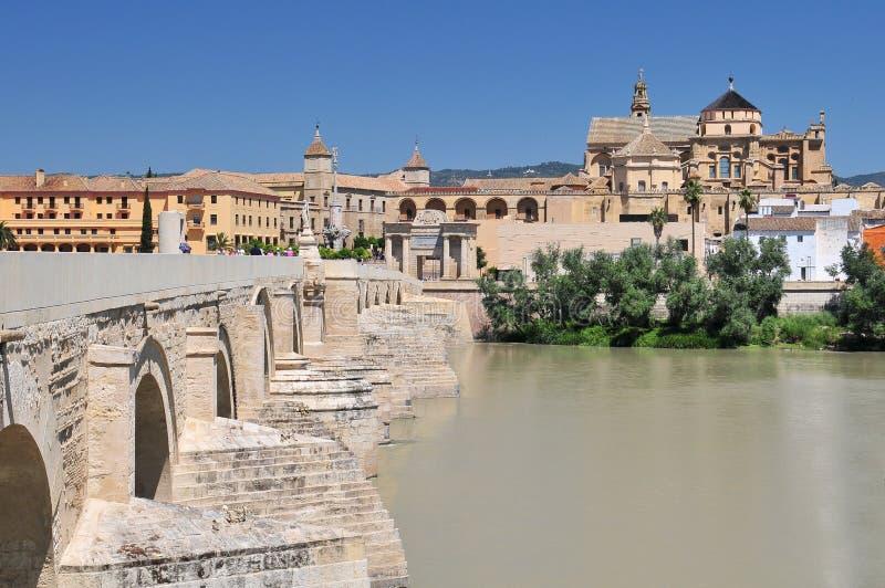 MoskédomkyrkaLa Mezquita och Roman Bridge på den Guadalquivir floden i Cordoba, Spanien, Andalusia region royaltyfri bild