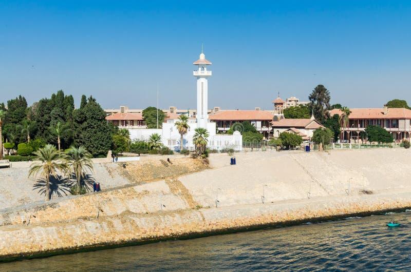 Moskén på den högra banken av den Suez kanalen Beskåda från bevattna fotografering för bildbyråer
