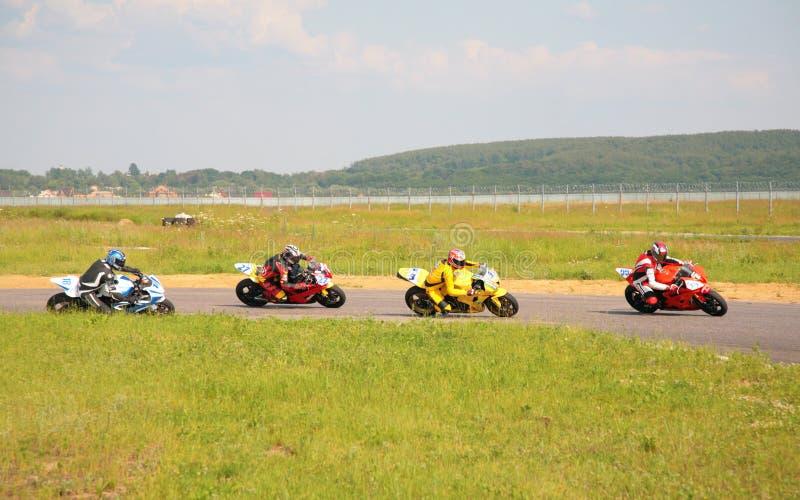 MOSKAU - 22. JUNI: Motorradrennen lizenzfreie stockbilder