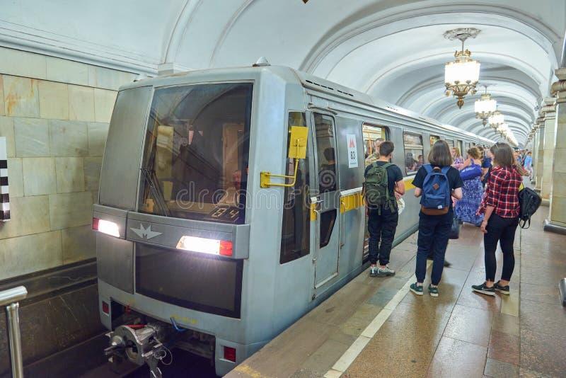 MOSKAU, AUG, 22, 2017: Moderner U-Bahnpersonenzug an der Metrostation und Zugwarteleute auf Bahnhof ptatform Perspe stockfotos