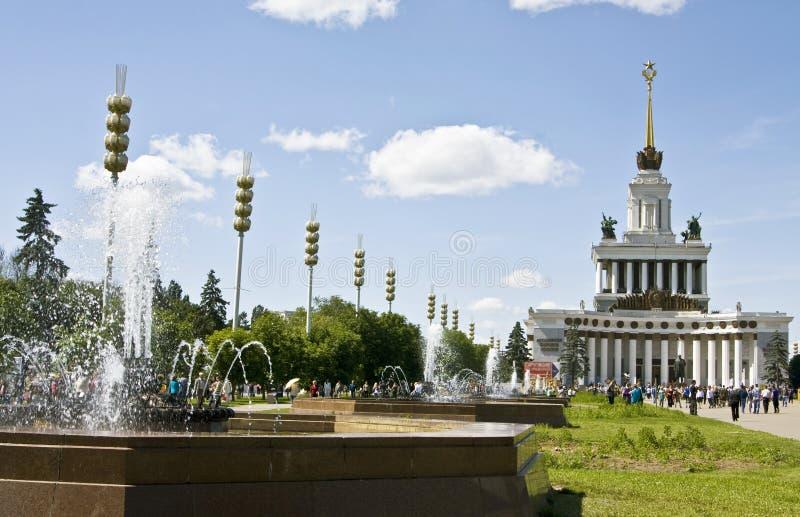 Moskau, Brunnen in der Ausstellungmitte stockbild