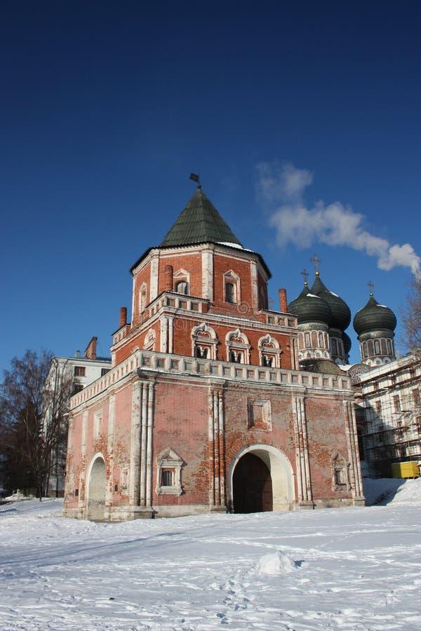 Moskau. Der des Tsars Landsitz Izmailovo. Brücken-Kontrollturm stockfotos