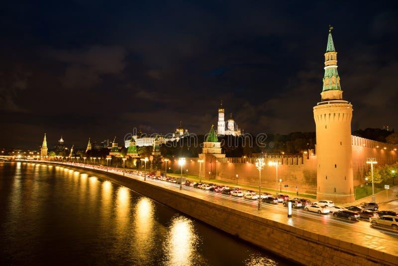 Moskau der Kreml auf Banken von Moskau-Fluss bei Autumn Night Time stockfoto