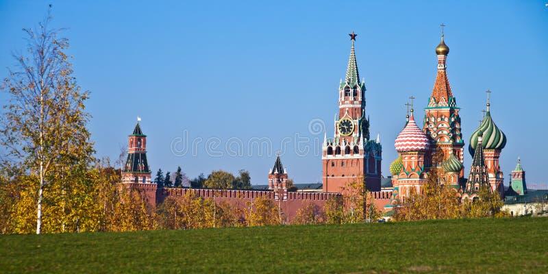 Moskau der Kreml auf einem Hintergrund der grünen Rasen- und Herbstbirke tr lizenzfreie stockfotos