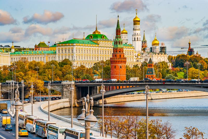 Moskau der Kreml im Herbst Der große der Kreml-Palast, Iwan der große Glocke-Turm, Arkhangels Kirche, Spasskaya-Turm stockfotos