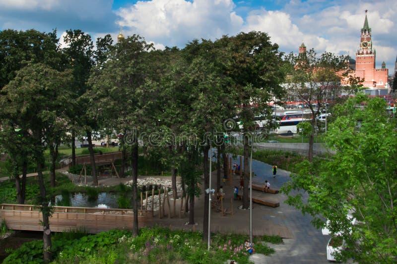 Moskau der Kreml und eine Waldung von den Laubbäumen im Park zaryad lizenzfreie stockbilder
