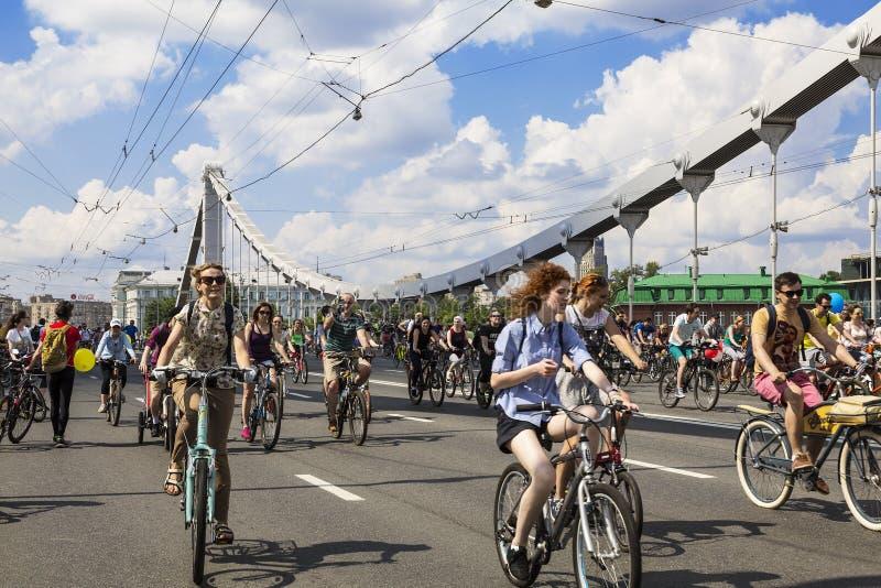 Moskau-Fahrradparade auf der Krimbrücke an einem sonnigen Sommertag moskau stockfotografie