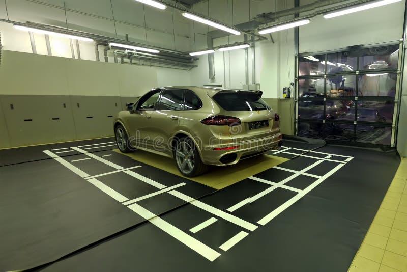 moskau Februar 2019 Mitte Porsche Cayennes im Einsatz Installierung und Kalibrierung von Einfassungsansicht 360 Kamera hintere Fr lizenzfreie stockfotos