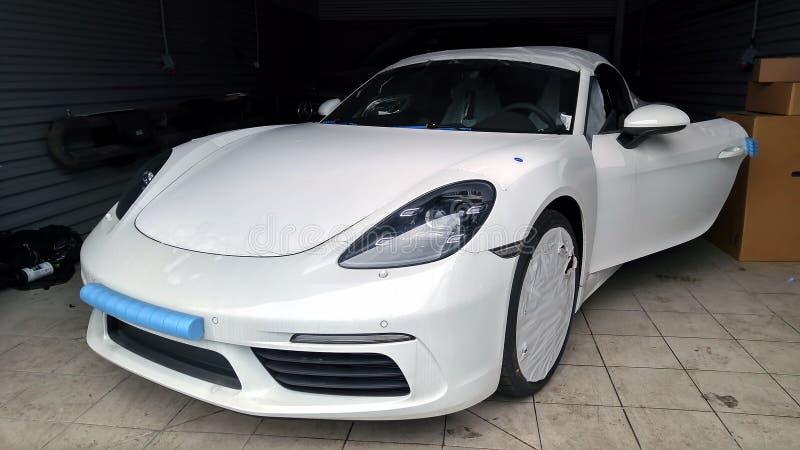 moskau Februar 2019 Neues weißes Porsche Boxster 718 in der Tankstelle Auto im Versandfilm Eingewickelt für Transport Vor lizenzfreies stockfoto