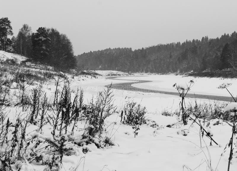 Moskau-Fluss im Winter lizenzfreie stockbilder