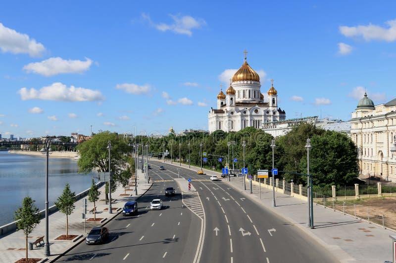 Moskau-Fluss, Prechistenskaya-Damm und die Kathedrale von Christus der Retter lizenzfreie stockfotografie