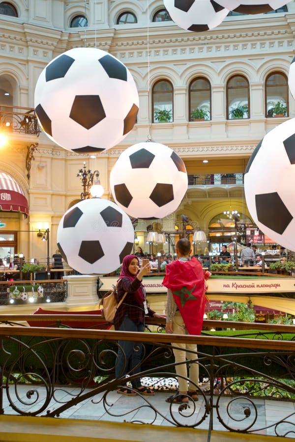 MOSKAU - JUNI 2018: Weltcup 2018 Fußballfan von Marokko, das selfie gegen große dekorative Fußbälle im GUMMI macht lizenzfreies stockfoto