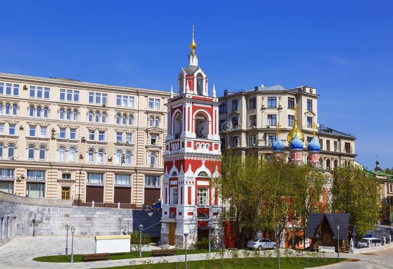 moskau Kirche des großen Märtyrers George das siegreiche auf Pskovskaya-Dia mit einem Glockenturm Varvarka-Straße, Zaryadye stockfoto