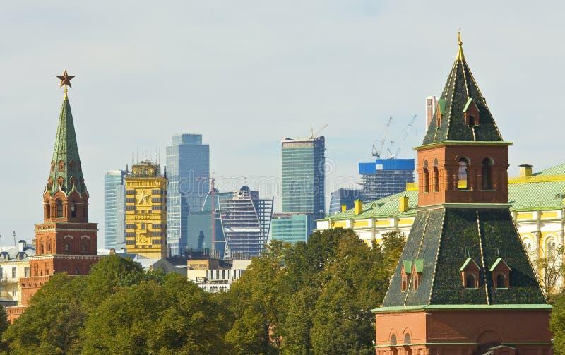 Moskau-, Kreml-Türme und moderne Gebäude lizenzfreies stockfoto