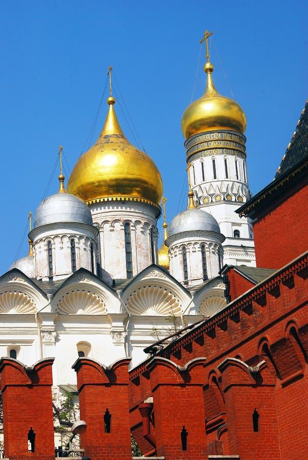 Moskau Kremlin Die Kirche des Erzengels Hintergrund des blauen Himmels lizenzfreie stockbilder