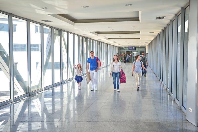 MOSKAU, AM 25. MAI 2018: Ansicht über gehende Leute in der Flughafenabfertigungsgebäudehalle Moderne Architektur gemacht von den  stockfotos