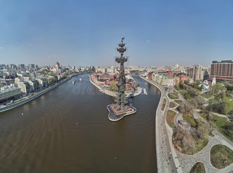 MOSKAU - Mai 2019: Monument zum Kaiser Peter der Große Peter First, Architekt Zurab Tsereteli grenzstein Schattenbild des kauernd lizenzfreie stockbilder