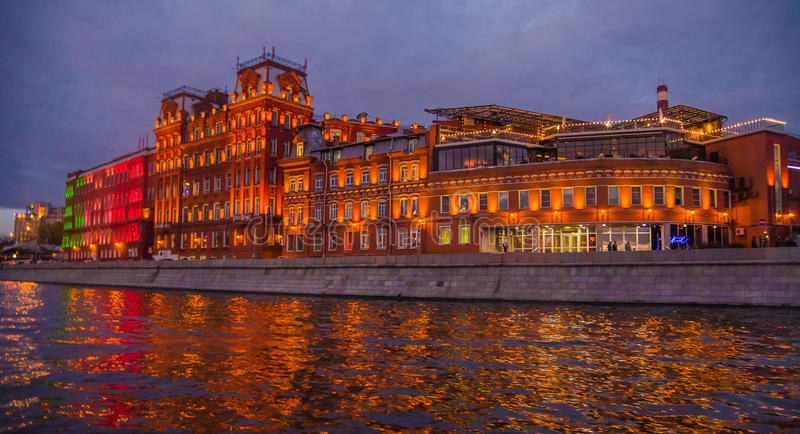 Moskau-Nachtlandschaft mit Fluss und Rotoktober-Fabrik stockbild