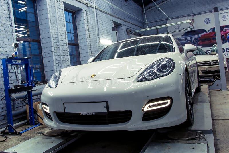 moskau November 2018 Weißen Exekutivlimousine Porsches Panamera stehen auf dem Stand für die Versammlung des Einsturzes diagnose lizenzfreies stockfoto