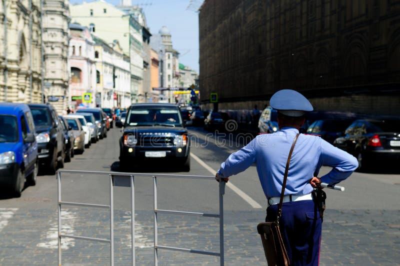 Moskau-Polizist im Dienst stockfotos