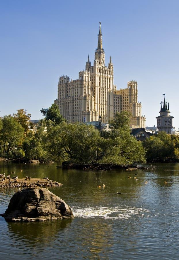 Moskau, rize hoch Gebäude stockfotos