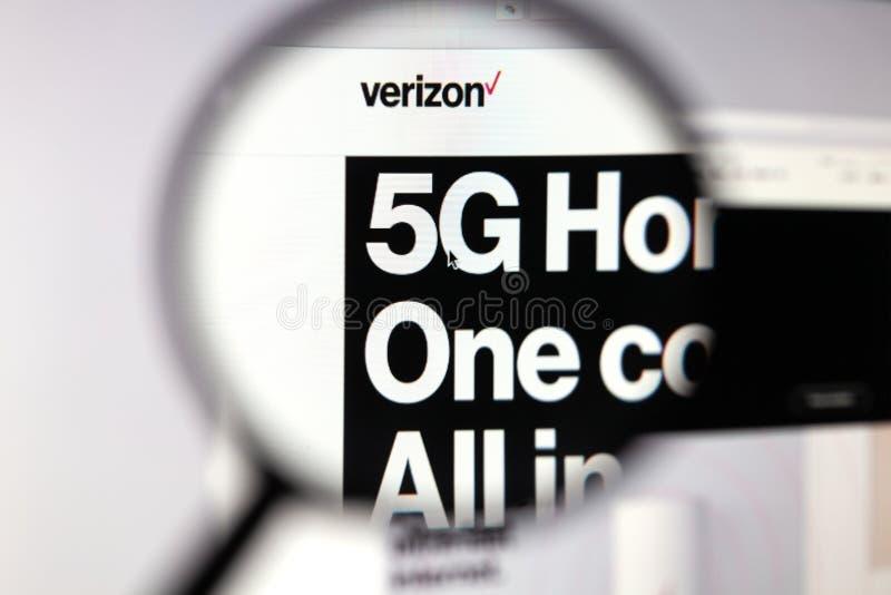 Moskau, Russische Föderation - 5. April 2019; Verizon-Websitehomepage Technologie 5G Ansicht über Seite und Verizone-Logo durch lizenzfreie stockfotos