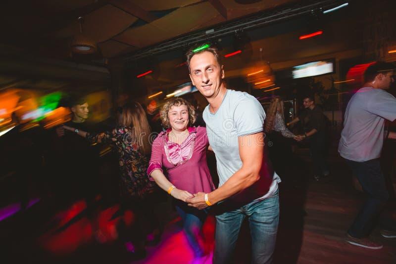 MOSKAU, RUSSISCHE FÖDERATION - 13. OKTOBER 2018: Ein Paar von mittlerem Alter, ein Mann und eine Frau, Tanzsalsa unter einer Meng lizenzfreies stockfoto