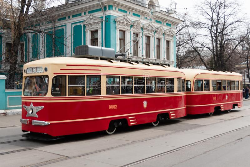 Moskau, Russische F?deration - 20. April 2019: Tramparade Alte Trams auf Nikolskaya-Stra?e stockfotografie