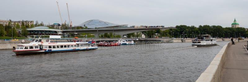 Moskau, Russland 25, 2019, Ansicht des Moskau-Flusses, in dem viele Vergn?gungsdampfer und eine neue moderne Br?cke in Zaryadye-P lizenzfreies stockbild