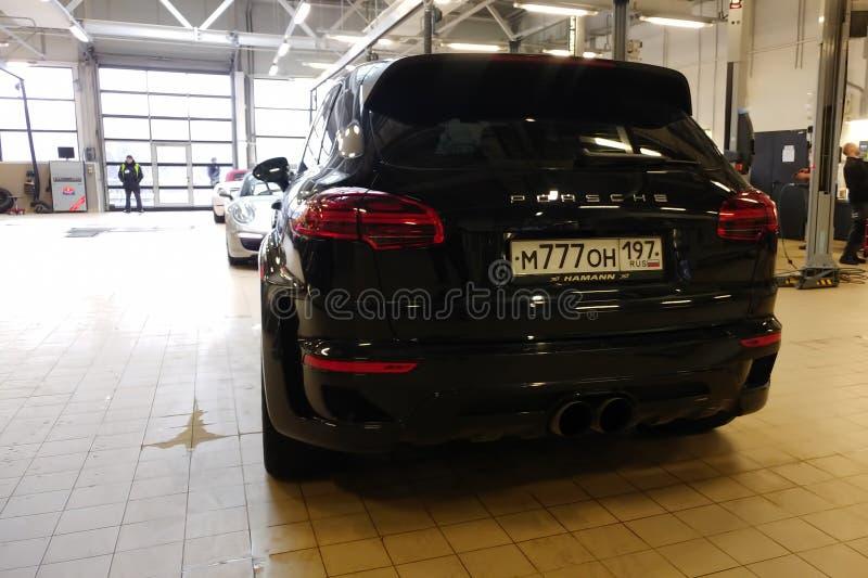 moskau , Russland - 30. April 2019: Abgestimmte und super breite schwarze Mitte Porsche Cayennes im Einsatz Ge?ndert durch Hamann lizenzfreie stockfotos