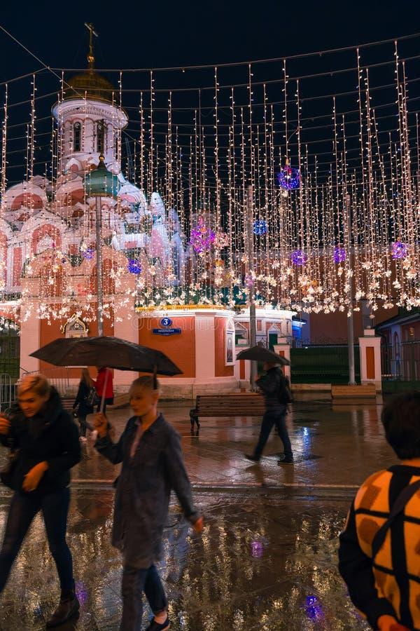 MOSKAU, RUSSLAND - 30. APRIL 2018: Ansicht der Kasan-Kathedrale auf Rotem Platz von Nikolskaya-Straße lizenzfreies stockbild