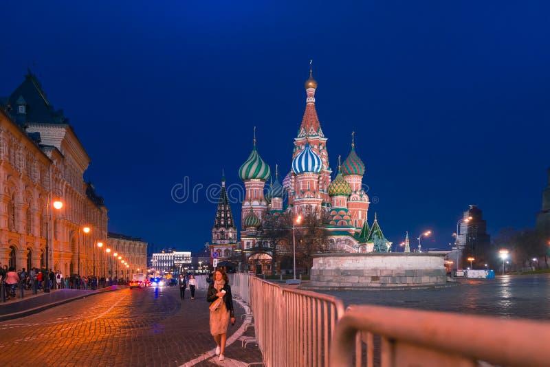 MOSKAU, RUSSLAND - 30. APRIL 2018: Ansicht von St.-Basilikum ` s Kathedrale auf Rotem Platz und frontalem Platz Glättung, vor Son stockfotografie