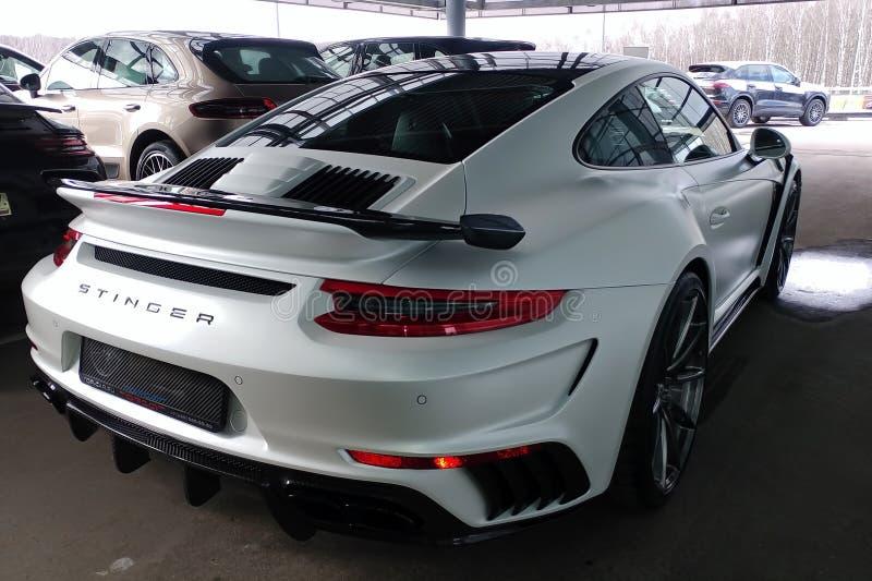 Moskau, Russland - 29. April 2019: Exklusives weißes Porsche 911 Turbo in der exklusiven breiter und Kohlenstoffkörperausrüstung  lizenzfreies stockfoto