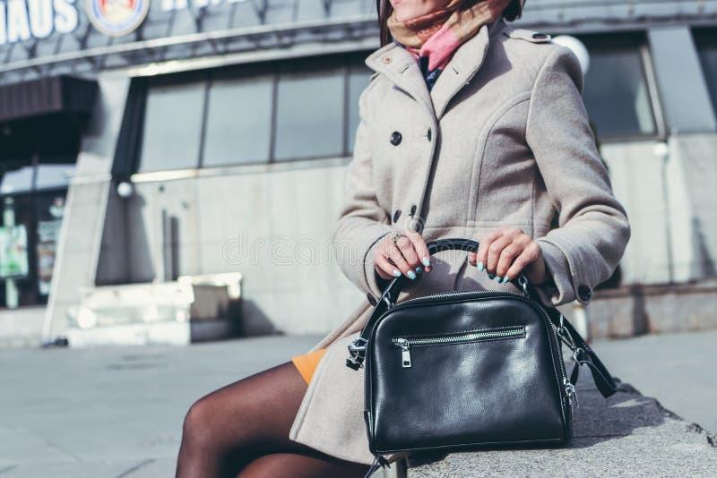 MOSKAU, RUSSLAND - 5. APRIL 2019: Junge Frau mit stilvoller handgemalter Tasche der Supermode auf der Straße stockfoto