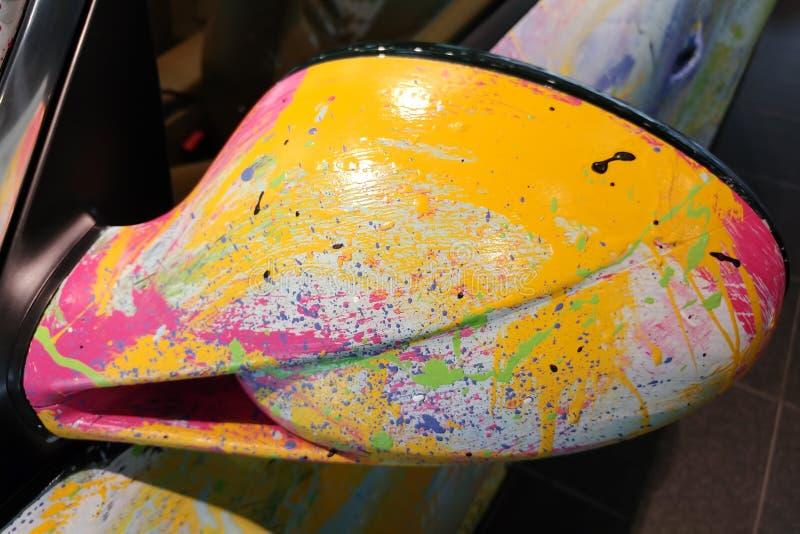 Moskau, Russland - 30. April 2019: Mehrfarbiges Porsche 911 im Ausstellungsraum Das Auto wird mit einer Bürste vom Künstler in un lizenzfreie stockfotografie