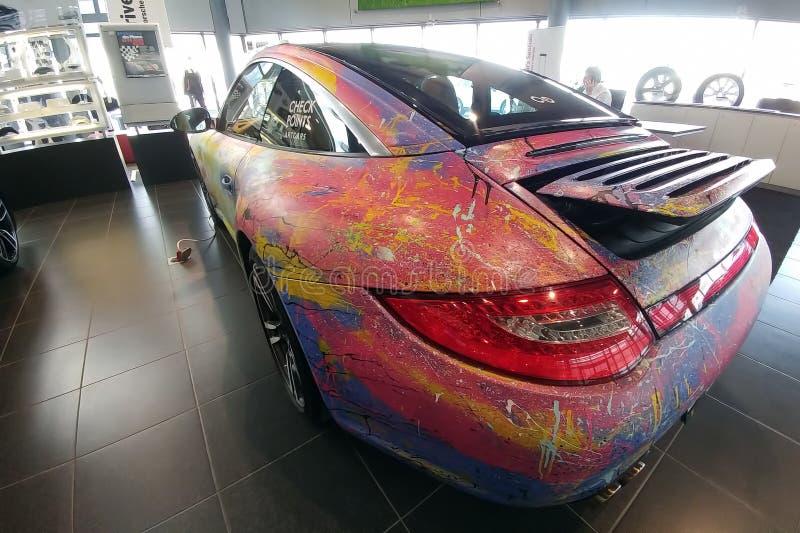 Moskau, Russland - 30. April 2019: Mehrfarbiges Porsche 911 im Ausstellungsraum Das Auto wird mit einer Bürste vom Künstler von A stockbild